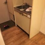 ミニキッチン シンク下収納扉 下端面材剥がれ簡易補修(ソフト巾木貼りにて)